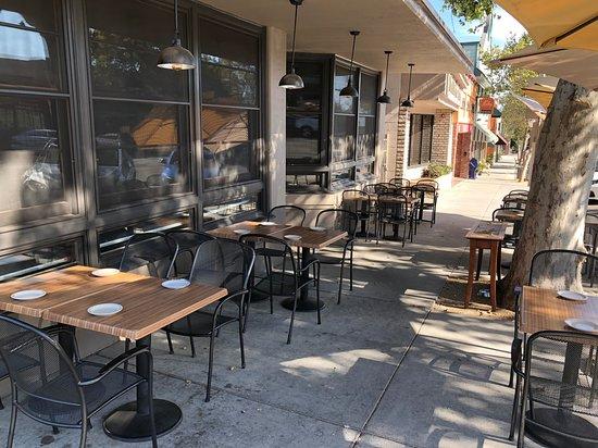 Sierra Madre, Калифорния: Outdoor seating