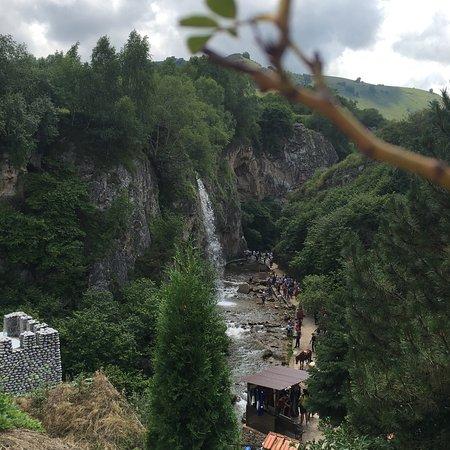 Medovie Vodopady Tourist Complex: Под Большим Медовым водопадом летом можно купаться