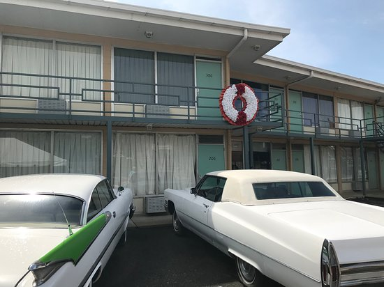 National Civil Rights Museum - Lorraine Motel: A wreath and vintage cars mark the room where King was killed