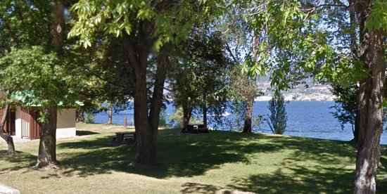 Summerland, Canada: Lots of shaded picnic tables