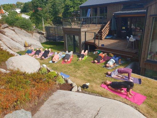 Hvaler Municipality, Noruega: Yogaklassene på dagtid praktiseres utendørs på Drop in timene på sommeren dersom det er pent vær