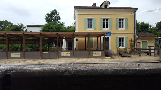 Lagruere, France: Local riverside eatery