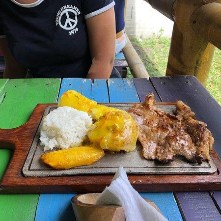 Pacho, โคลอมเบีย: Gallina criolla y churrasco
