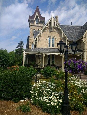 Elm Hurst Inn & Spa: Garden-South View