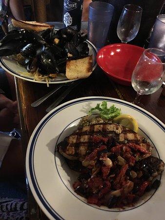 Harvey Cedars, Nueva Jersey: Mussels(top Left) and swordfish .