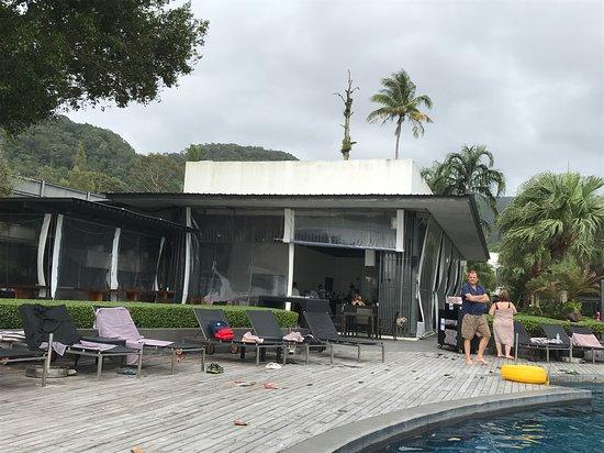ชิลล์ เอ้าท์ คาเฟ่: Одно из лучших мест на ко чанге находится в отеле на берегу,к сожалению не дёшево цены будь здор