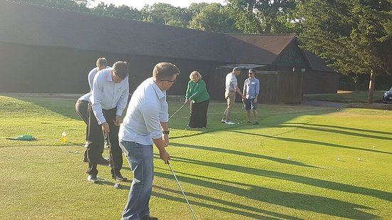 Crondall, UK: Chipping tuition from the Club Pro at the drinks reception at Oak Park