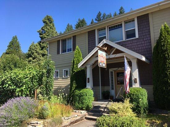 Oakridge, OR: Front of lodge