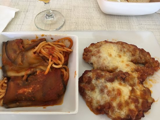 Rendezvous Lounge: The best chicken parmigiana in the island