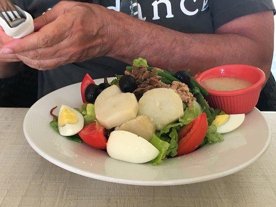 Rendezvous Lounge: Niçoise salad