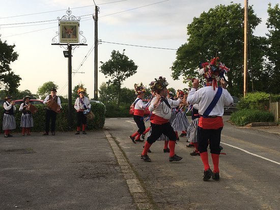 Darsham, UK: A lovely summers evening, watching the local Morris dancers whilst drinkiing a pint of real ale