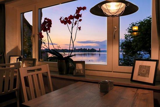 Steinach, Szwajcaria: Auch ein Blick auf die stürmische See kann sich lohnen - sitzt man bei einem Glas Wein im Trocke
