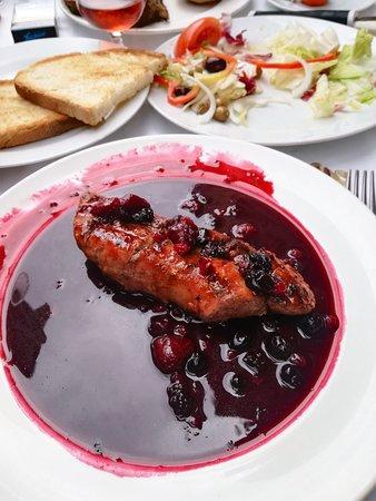 Les Brases: solomillo de cerdo con frutos rojos.