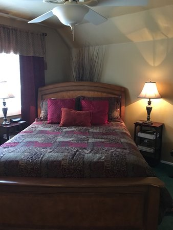 Rainbow Inn Bed & Breakfast: queen bed was very comfortable