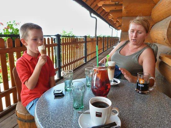 Jablunkov, Republik Ceko: Relaxace na balkoně restaurace.