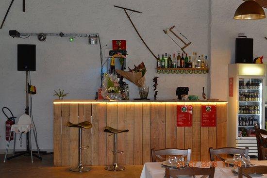 Fontaines, Frankrike: bar sympatique