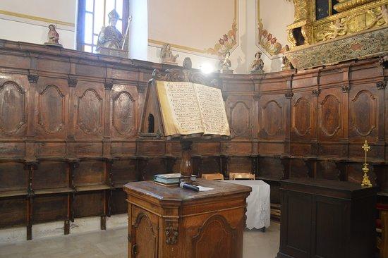 Laurenzana, Italy: Interior of the church showing the presbytery area