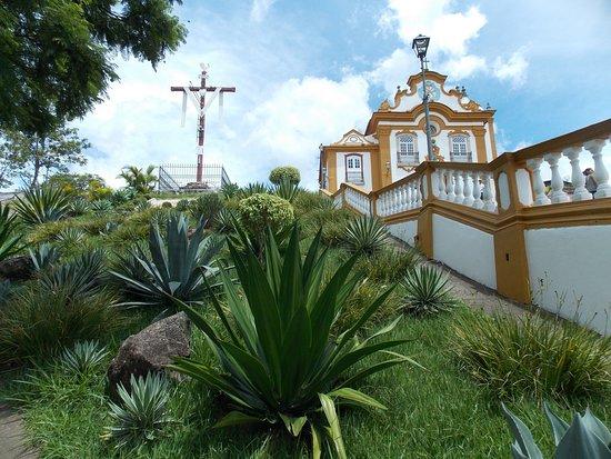Igreja Nossa Senhora das Merces: ...vista frontal da igreja