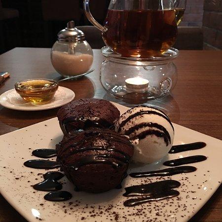 Glazov, Russland: Шоколадный фондан с шариком мороженого и имбирный чай