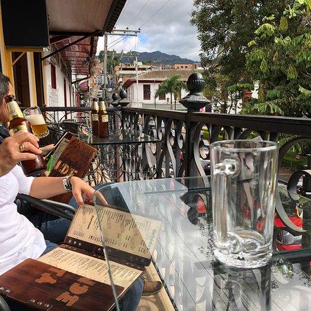 Pacho, โคลอมเบีย: Bonita terraza con vista al parque