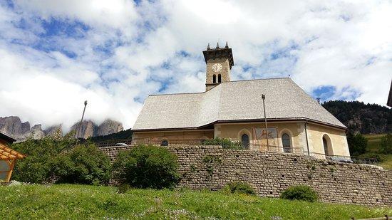 Campitello di Fassa, Italie : Esterno della chiesa con alle spalle il Sasso lungo