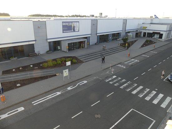 Hahn, Jerman: vue de notre chambre sur l'entrée de l'aéroport