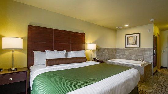 Hutchinson, Minnesota: king whirlpool suite