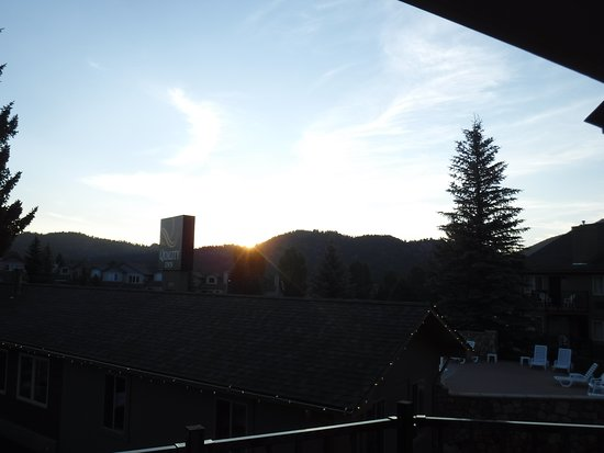 Quality Inn Estes Park: Sunrise taken from front deck