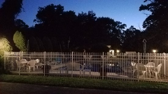 Sesuit Harbor House: This is the pool at night. Very clean and quiet!