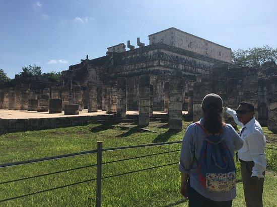 Osprey Tours: Diego explicandonos sobre un templo en Chichen Itza.