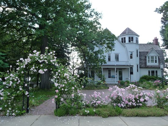 Lake Zurich, IL: Shady Oaks Bed & Breakfast during the first spring bloom.