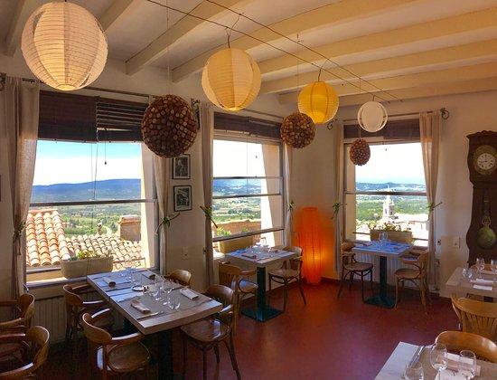 Traditionele franse keuken met prachtig zicht op de luberon