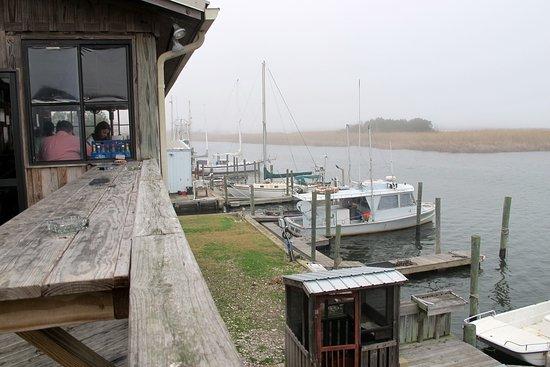 Up the Creek Raw Bar: открытая терраса с видом на залив