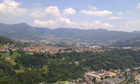 Colzate, อิตาลี: l'altopiano di Gandino visto dal portico est, in centro il paese di Casnigo