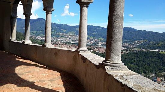 Colzate, อิตาลี: particolare del portico con vista sulla valle