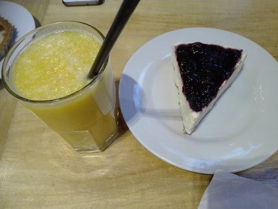 Crisol: Cheese cake de frutos rojos y jugo de naranja