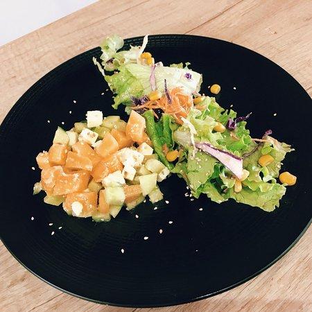 Entrée du jour bio:tartare de melon/concombre/fêta mariné au sésame