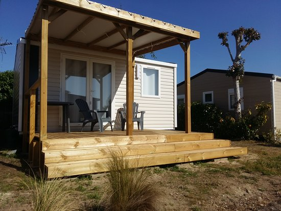 Mobilhome 1 chambre éco-conçu par la marque vendéenne IRM et sa terrasse conçue sur-mesure