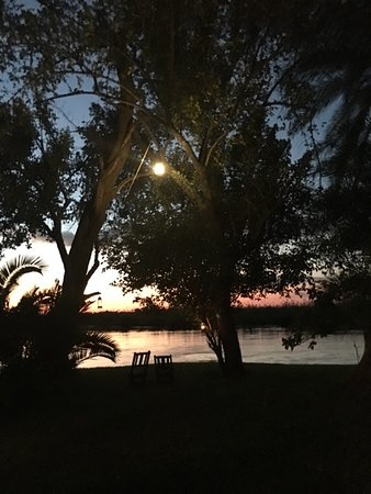 Xaro Lodge: sunset by the river