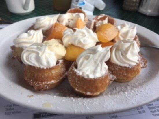 Joey's Pancake House: Waffle with fresh peaches!!