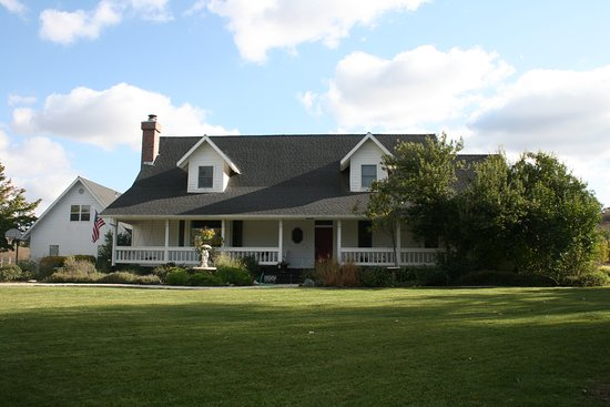 Templeton, Californie : Enjoy a farm stay in our 3-bedroom estate house with billiards, chef's kitchen and cozy backyard