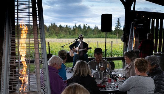 Comox, Canadá: Join us for a Wine Wednesday with our talented local entertainers