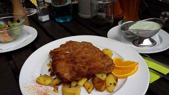 Gross-Zimmern, Tyskland: Grüne Soße-Schnitzel mit Bratkartoffel und Salat.