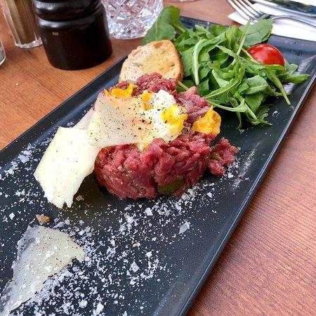 Chicago Steakhouse: Tatar vom Rinderfilet als Vorspeise und Beef Ribs als Hauptspeise