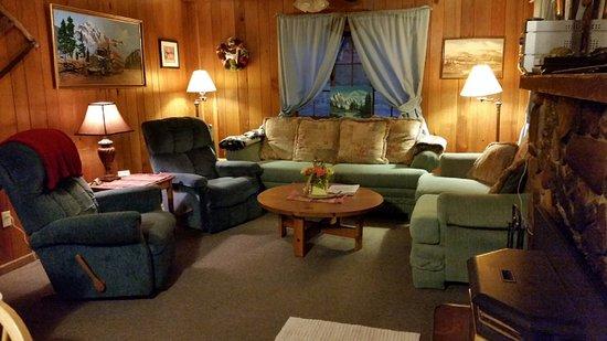 Lone Wolf Cabins & Getaway: #4 The Rustic Lodge Living room