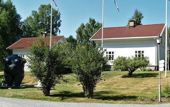 """Jevnaker, Norway: Funksjonærboliger og """"Stor torso"""" av Fernando Boltero."""