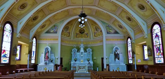 Sacred Heart Catholic Church: altar flanked by 2 religious statues