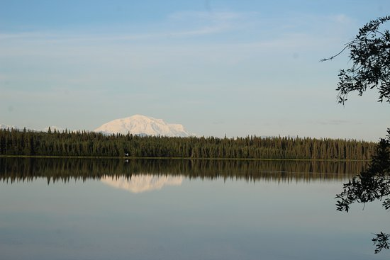 Willow Lake B&B: Evening reflection of Mt Blackburn, view from the room.