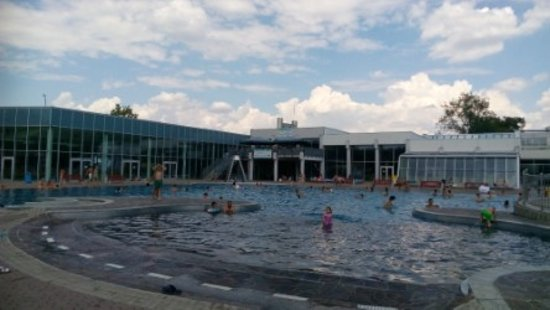 Wels, Austria: Pohled na velký venkovní bazén, krytý bazén a restauraci