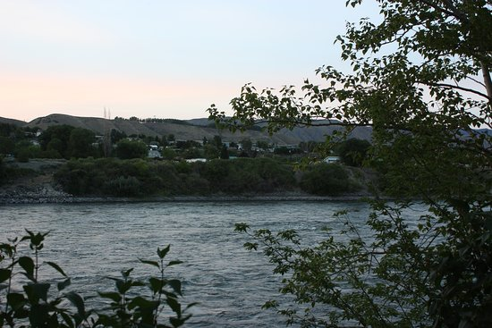 Ashcroft, Kanada: View of the river at dusk.